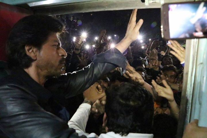 The madness to catch the glimpse of Shah Rukh Khan at Vadodara Railway station yesterday while he was traveling by Rajdhani to promote his Raees The Film   Stampede, hurt, death n stardom all together in one evening.  #SRK wldnt know to be happy or sad cause of this
