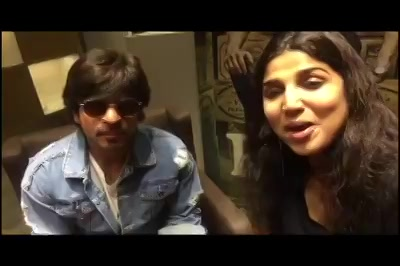 Watch full video on how SRK got ready to give me some lessons on learning the hoverboard!! #Raees #raeesgiri #flyingontheground #SRK