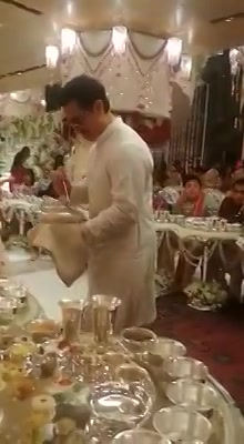 #AamirKhan serving food to the guests in the #Ambani wedding... yeh dosti itni gehri hai ya photo 3D hain 💝 loving all the #AmbaniPiramalWeddingMoments n the involvement of the stars... #KyaBaatHai