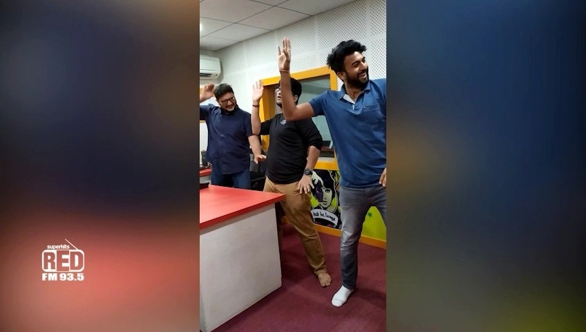 Did you ever wonder : How do i sound so energetic on the show? Here's the secret.  I've my calorie burning moves 🕺🕺  I further pass on this challenge to RJ Utsav , RJ Goldie & RJ Akash to show us their calorie burning moves!!   #RedfmBajaaWazanGhataa