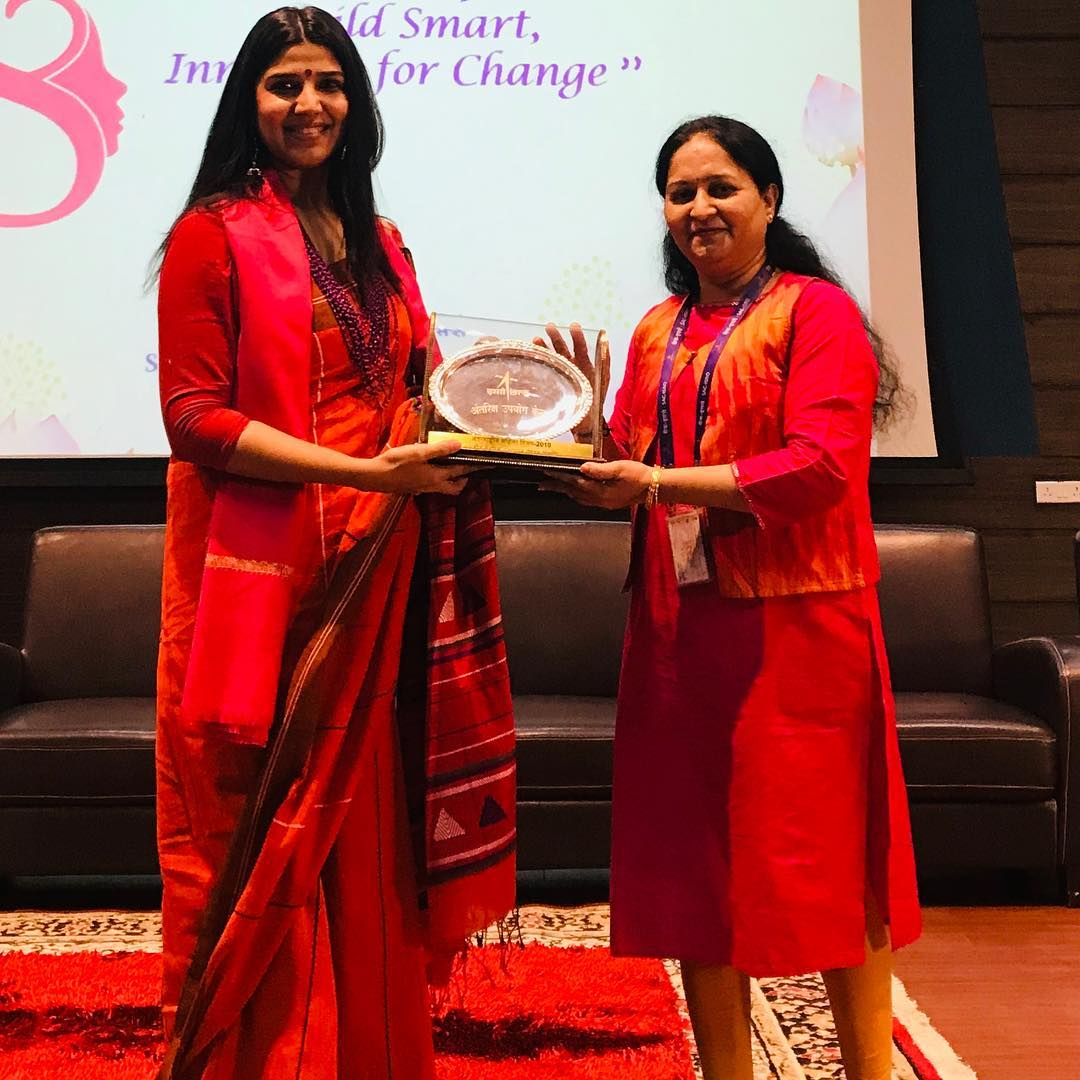 Some powerful women at #ISRO and a #Talk for them on #WomenEmpowerment asking them to #WakeUp to love themselves was quite an exciting experience. #Ahmedabad #Gujarat #India #Nasa #Space #scientists #TalkShow #Speaker #MotivationalSpeaker #Saree #Indainwear #abwatandabaegabutton #bajateraho #electioncomissionofindia #ECI #youthambassadors2019 #Devaki #RJDevaki #Oath #ethicalvoting