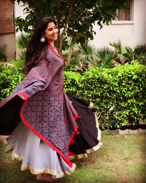 Ask any gujarati girl, which is your fav festival and undoubtedly she will say #Navratri. The 9 nights of Garba are the most empowering nights for the gujarati girls and the celebration of #Shakti pours a diff energy in us. I hv always felt like Simran in these 9 nights ki ja beta jile apni zindagi... my soul is of a dancer n when u do what u love u look the prettiest doing it... @soul_ethniics always helps me feel more beautiful as Simran 😍😍😍