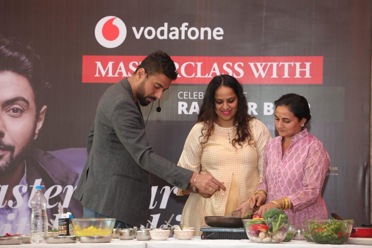 What an amazing masterclass, @RanveerBrar! Had a blast at the #AhmedabadFoodFest. Thank you @VodafoneIN for making me part of this. https://t.co/m90xwylLIJ